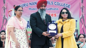 S. Mohinder Singh, DSO, Ludhiana being presented a token of remembrance by the College Principal Dr. (Mrs.) Charanjit Mahal on the opening day of Annual Athletic Meet – 2015